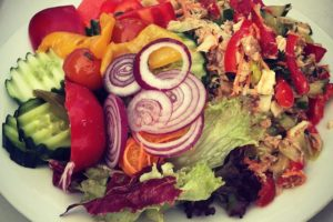 Sommerlicher Protein-Salat mit Thunfisch und Wassermelone (Rezept)