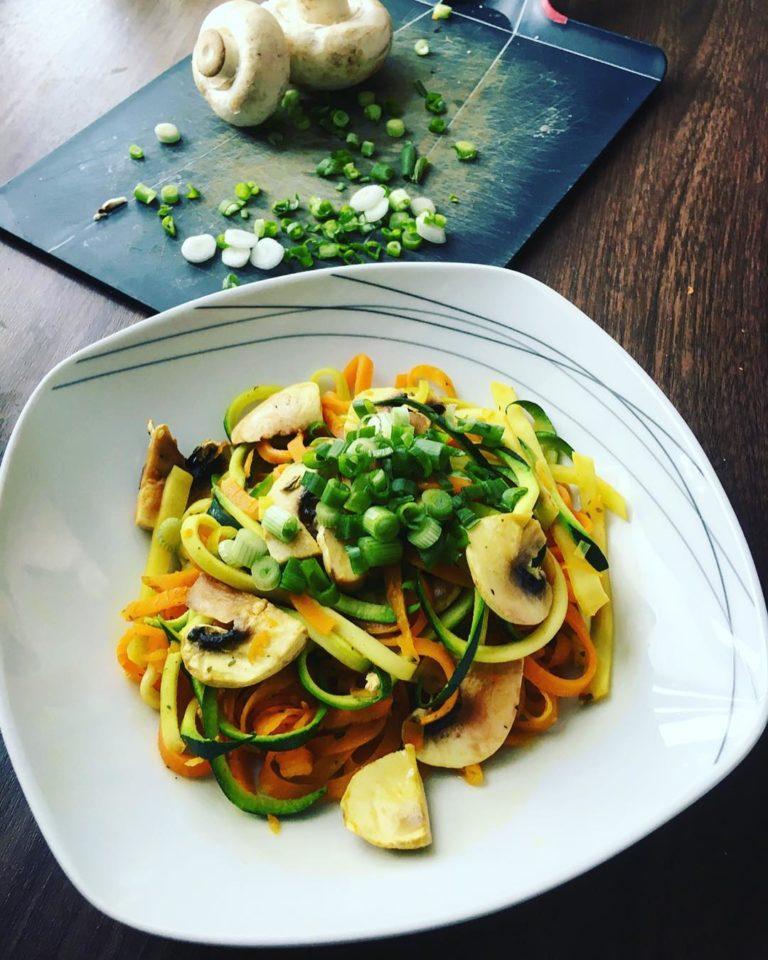 Asiatische Zucchini Spagetti in cremiger Kokos-Currysoße (Rezept)
